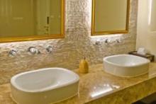 Falburkolat a fürdőszobában